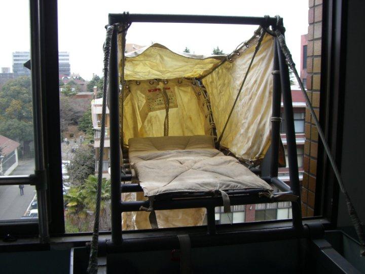 救助袋垂直式の展張をしているところです。 救助袋垂直式の展張をしている... 大塚防災設備~避難